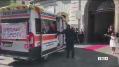 Gli sposi noleggiano l'ambulanza thumbnail